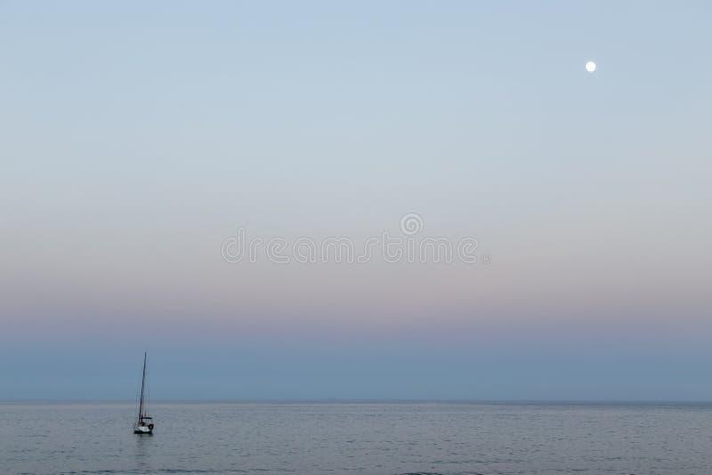 Das Segelboot und der Mond stockbild