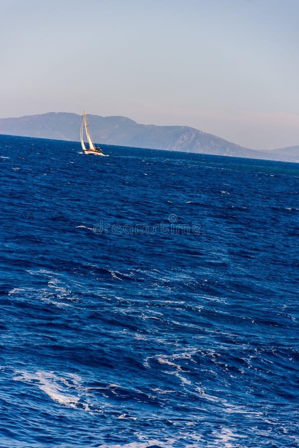 Das Segeln des kleinen Bootes im Ägäischen Meer lizenzfreies stockfoto