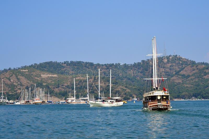 Das Segeln des Vergnügungsdampfers verlässt die Bucht Fethiye, die T?rkei stockfoto