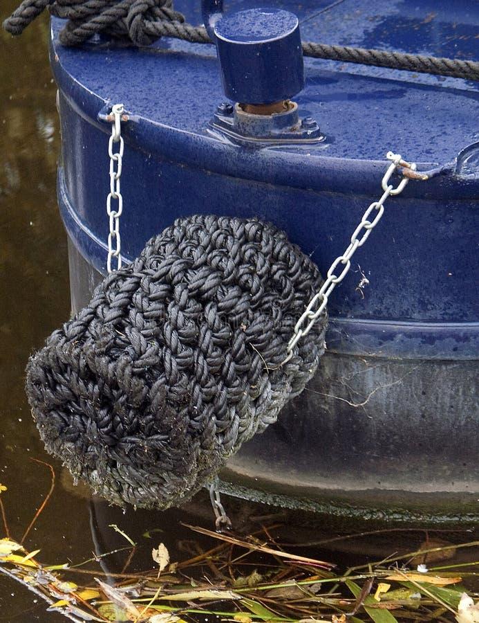 Das Seil bedeckte Querbalken eines schmalen Bootes auf dem Kanal in Nottingham stockfotos