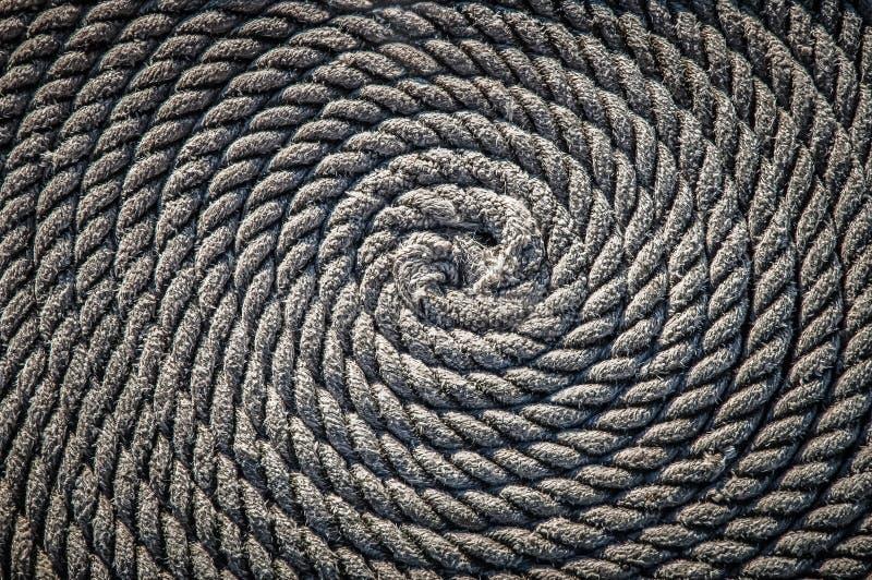 Das Seil für das Boot legte in Form einer Spirale Hintergrund stockfoto