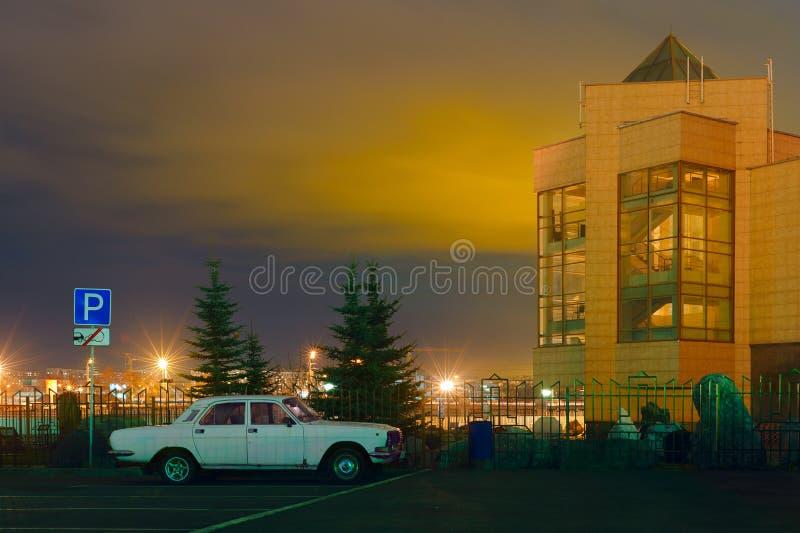 Das seltene Auto GAZ-24 wird nahe dem Zustands-historischen Museum der Süd-Urals geparkt die Lieferung verankerte im Kanal stockfoto
