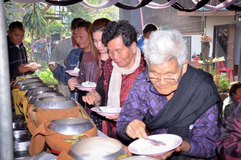 Das Setzen des Lebensmittels in die Schüssel des buddhistischen Priesters, macht Verdienstart eine vom Buddhismus, folgen Lehren  stockfotografie