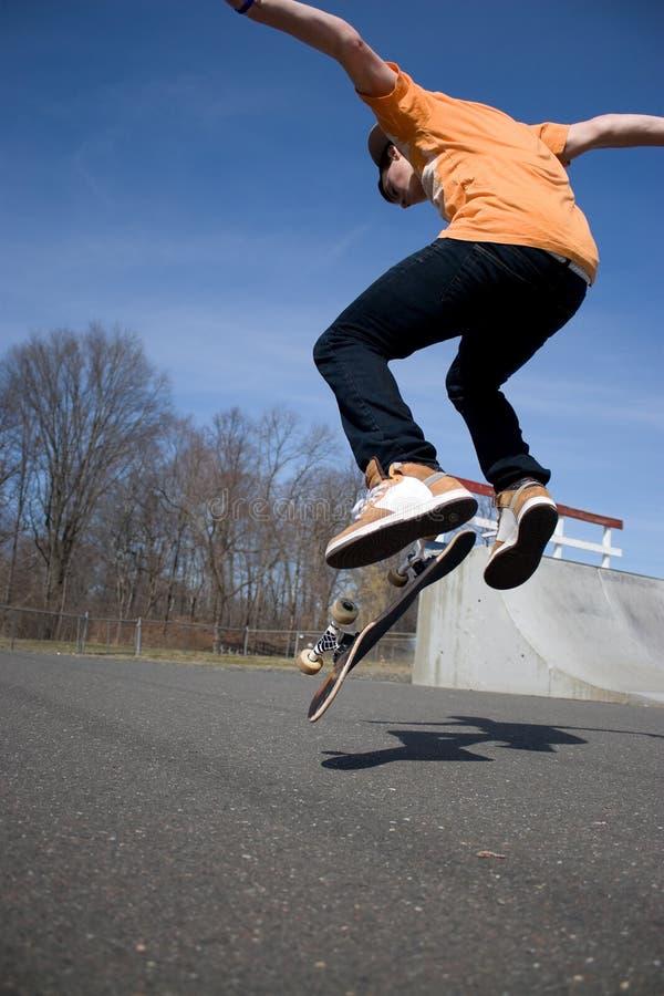 Das Skateboardfahrer-Springen lizenzfreies stockfoto