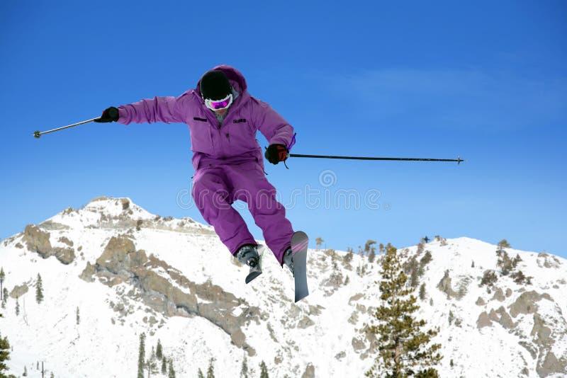 Das Skifahrerspringen lizenzfreie stockfotografie