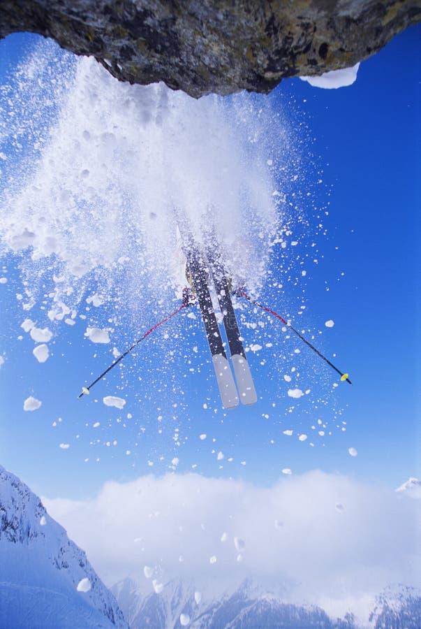 Das Skifahrerspringen stockbilder