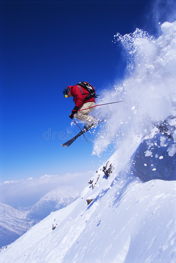 Das Skifahrerspringen stockbild