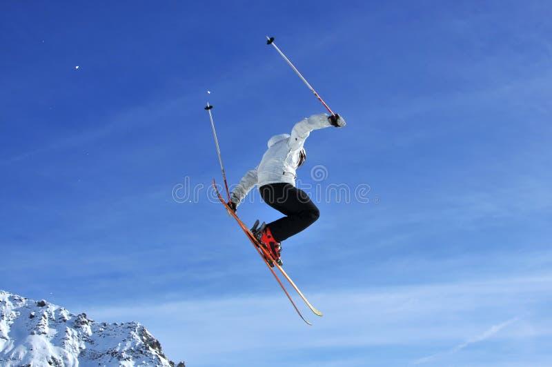 Das Skifahrerspringen lizenzfreies stockfoto