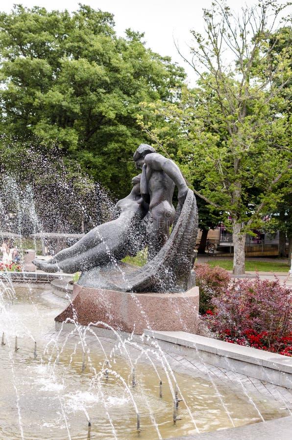 """Das Skulptur ` JÅ """"ist ratÄ- und Kastytis-` nahe dem Brunnen in Palanga Litauen lizenzfreie stockbilder"""