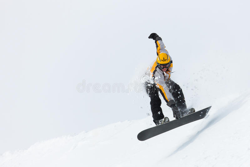 Das Snowboarderspringen stockfotos