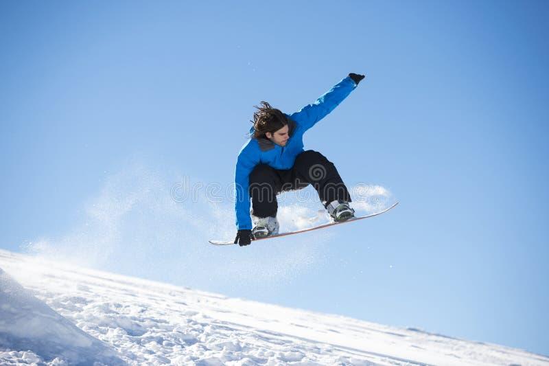 Das Snowboarderspringen lizenzfreies stockfoto
