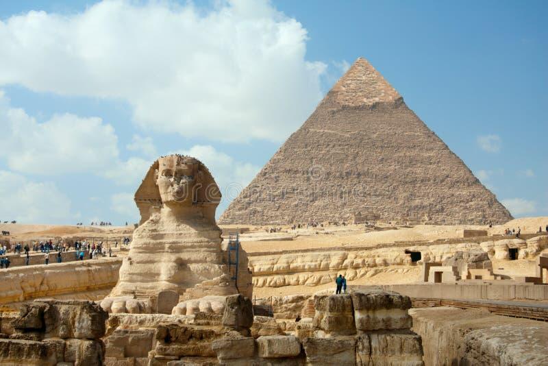 Das Sphynx und die Pyramide unter blauem Himmel lizenzfreies stockfoto