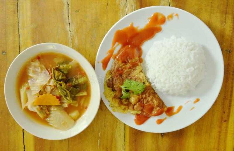 Das Spiegelei, das Chili-Sauce auf Reis zurechtmacht, essen mit thailändischer Mischgemüsesüßer und saurer Suppe des currys stockfoto