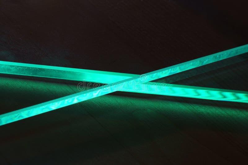 Das Spiel des Lichtes in den Gesichtern kreuzte Glas stockbild