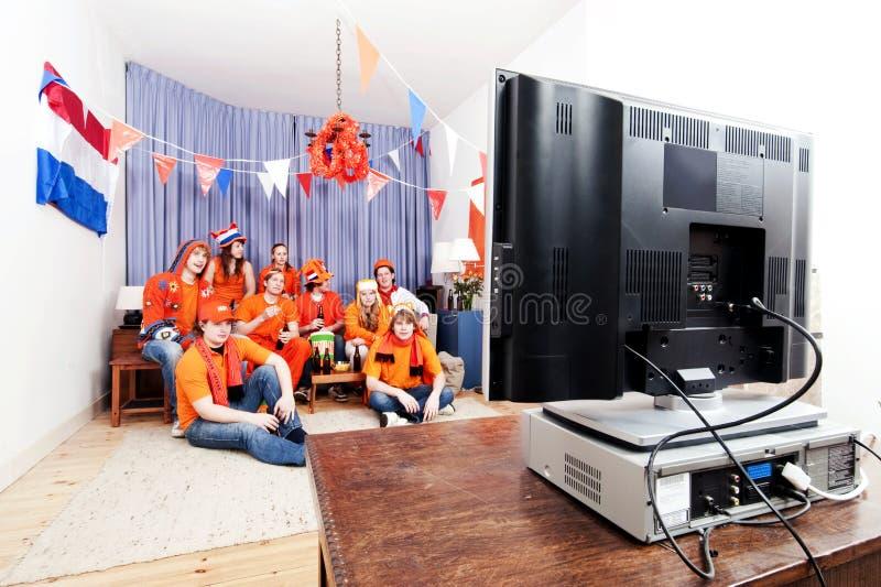 Das Spiel zu Hause überwachen stockfotografie