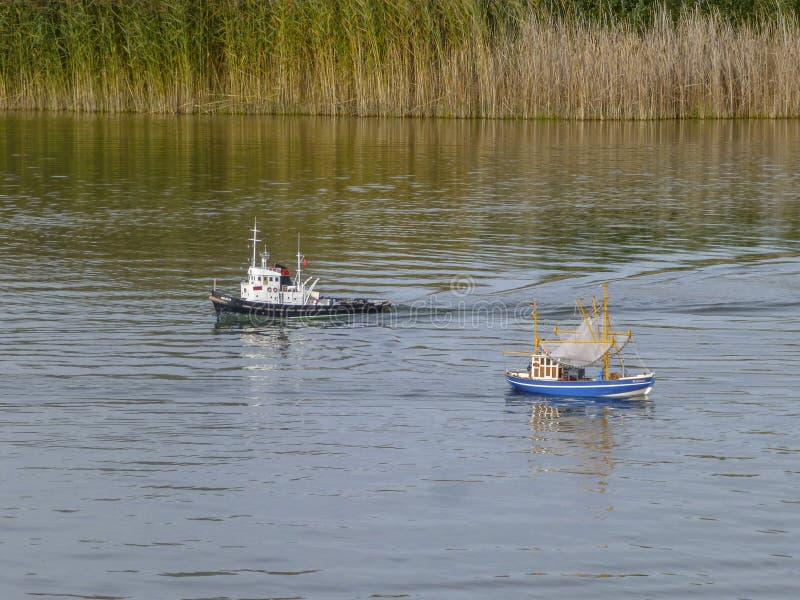 Das Spielzeug der Kinder des fachkundigen Transportes der trockenen Fracht und das Fischerboot schwimmen auf den See lizenzfreie stockfotografie