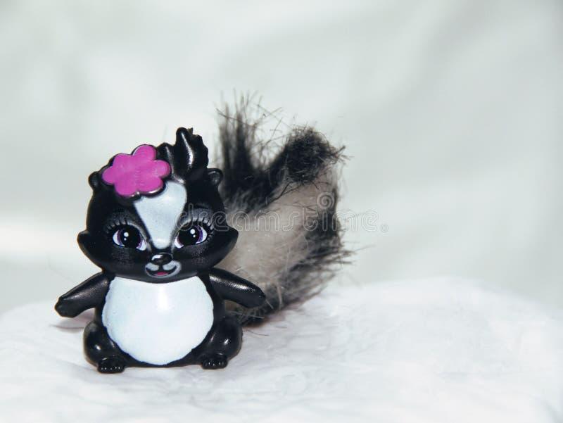 Das Spielzeug der Kinder - Stinktier mit Bogen lizenzfreie stockfotos