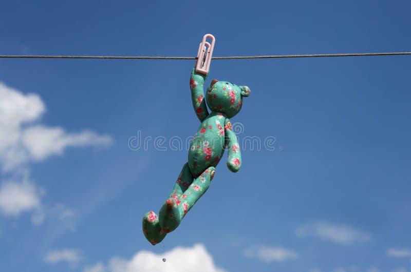 Das Spielzeug trocknet auf einem Seil mit einem clothespeg lizenzfreie stockfotos