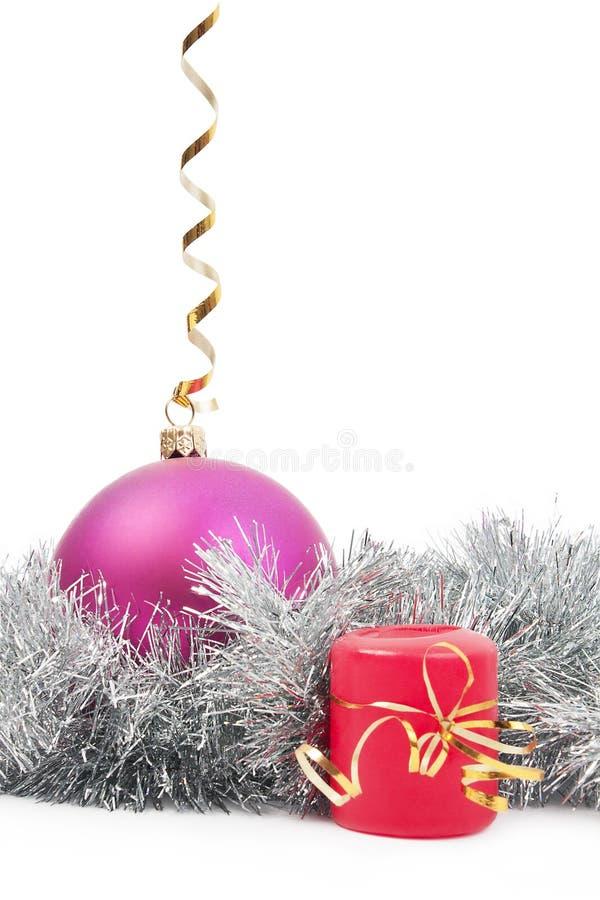 Das Spielzeug und die Kerze des hängenden neuen Jahres mit lizenzfreie stockfotos