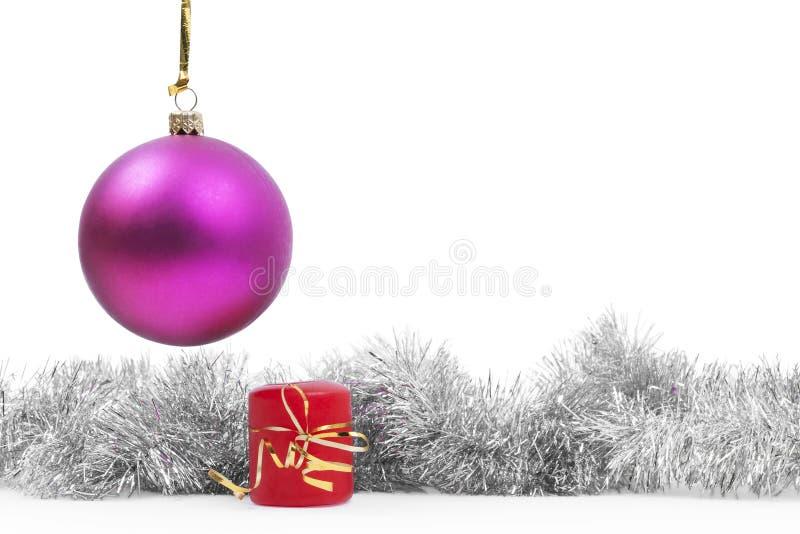 Das Spielzeug und die Kerze des hängenden neuen Jahres mit lizenzfreies stockfoto