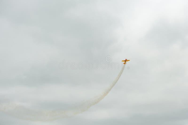 Das Sportflugzeug führt Kunstfliegenzahlen im Himmel durch stockfotografie