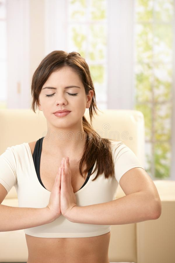 Mädchen, das Yoga ausübt stockfotos