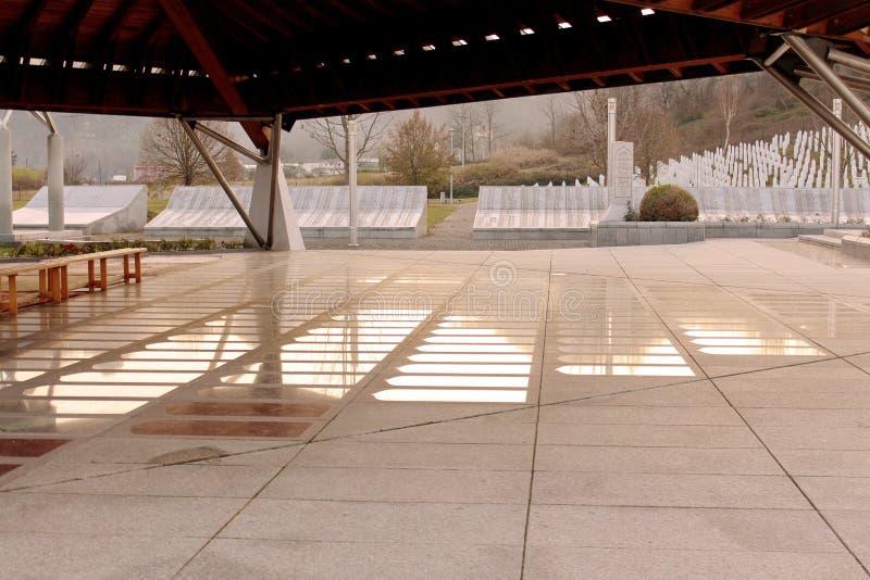 Das Srebrenica--Potocaridenkmal und -kirchhof für die Opfer von stockfoto