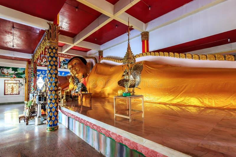 Das Stützen golen Buddha-Statue in Wat Koh Sirey lizenzfreie stockfotos