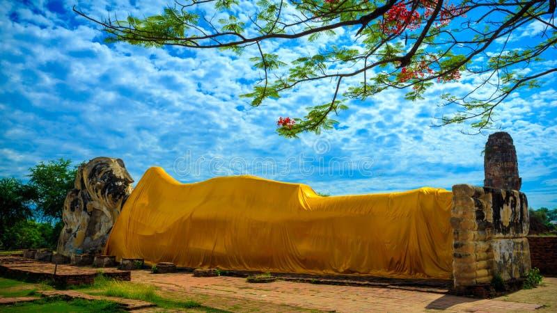 Das stützende Buddha-Bild bei Wat Lokayasutharam lizenzfreie stockbilder
