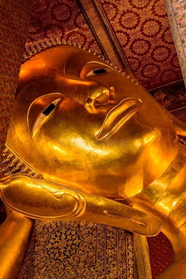Das stützende Buddha-Goldstatuengesicht in Bangkok, Thailand lizenzfreie stockbilder