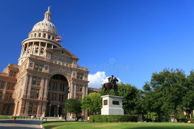 Das Staat Texas-Kapitol-Gebäude gegen blauen Himmel stockbild
