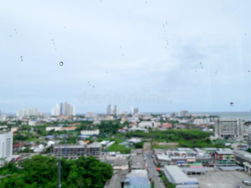 Das Stadtgebäude durch das Meer in Pattaya verwischte Hintergrund stockfoto