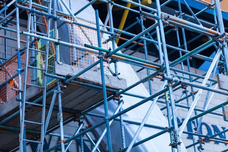 Das Stahlgestell wird auf einem erneuerten Gebäude gegründet Baustelle mit Stahlgestellen stockbild
