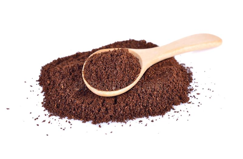 Das starke Arabica des gemahlenen Kaffees mischen herein hölzernen Löffel und auf Weiß stockbild