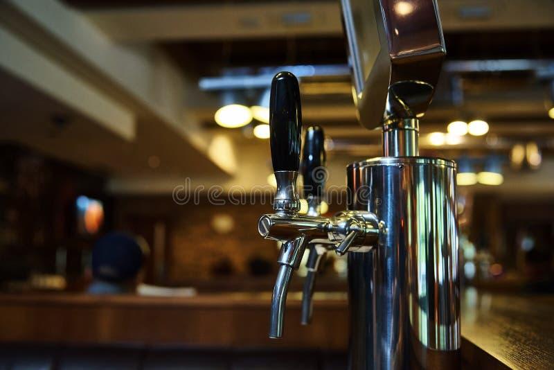 Das System des abfüllenden Bieres auf dem Tisch der Kunden lizenzfreies stockbild