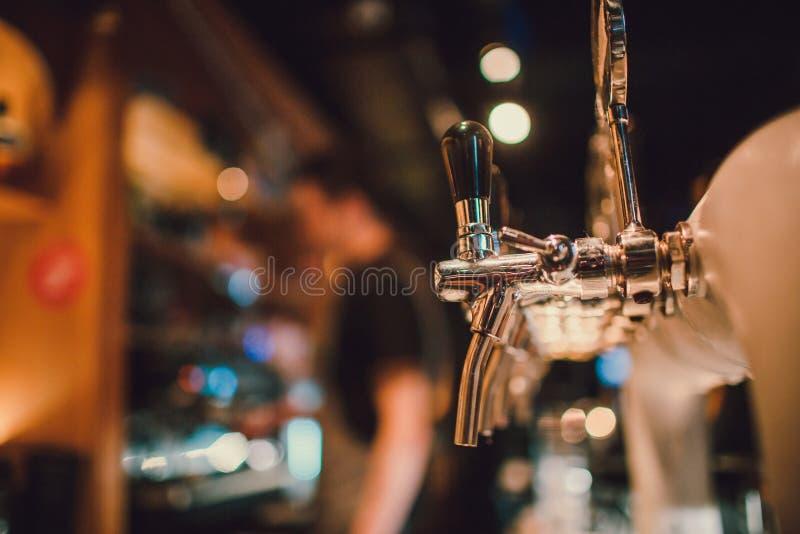 Das System des abfüllenden Bieres auf dem Tisch der Kunden in der Brauerei lizenzfreies stockfoto
