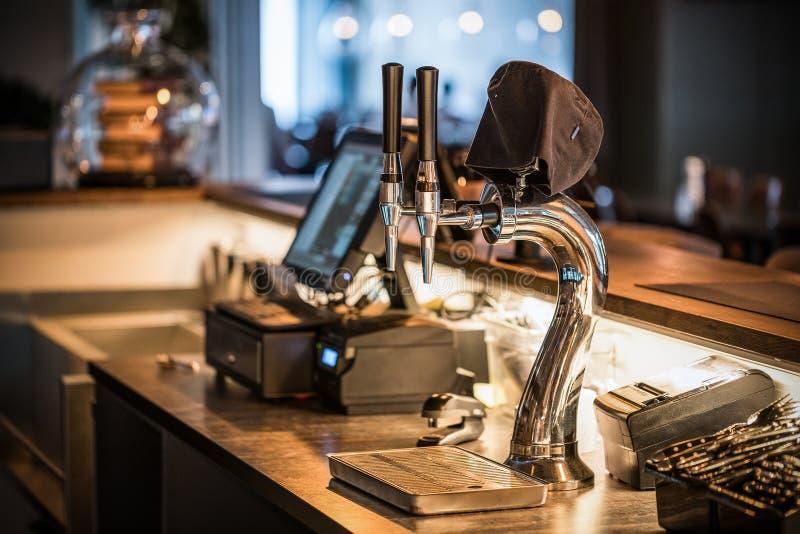 Das System des abf?llenden Bieres auf dem Tisch der Kunden in der Brauerei stockbild
