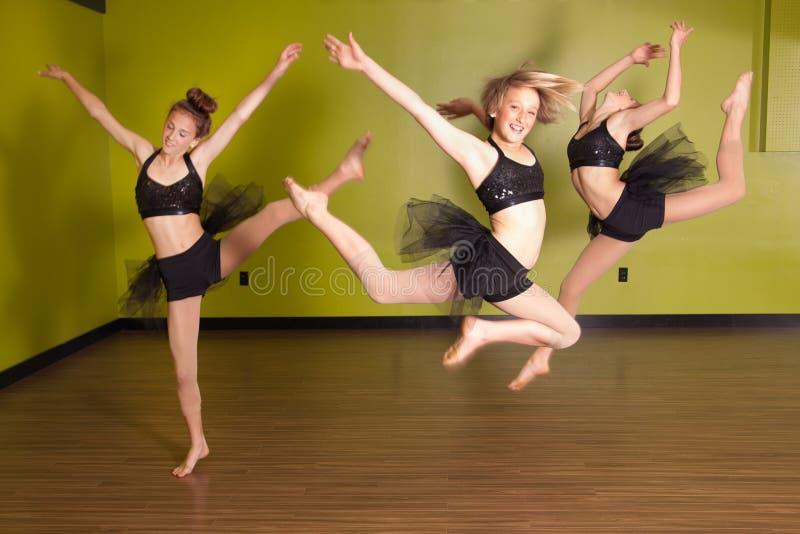 Das Tänzerspringen stockfoto
