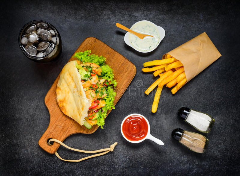 Das Türkische Doner-Kebab mit kaltem Cola und Pommes-Frites stockfotos