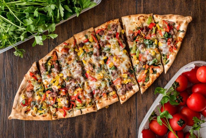 Das Türkische Pide mit Fleisch und Gemüse lizenzfreies stockfoto