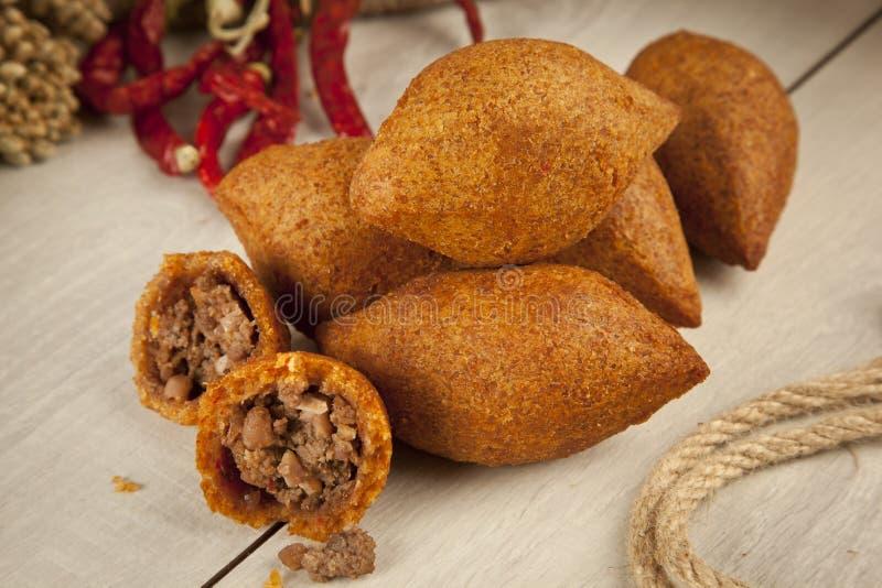 Das Türkische-Ramadan Food-icli kofte (Fleischklöschen) Falafel stockfotos