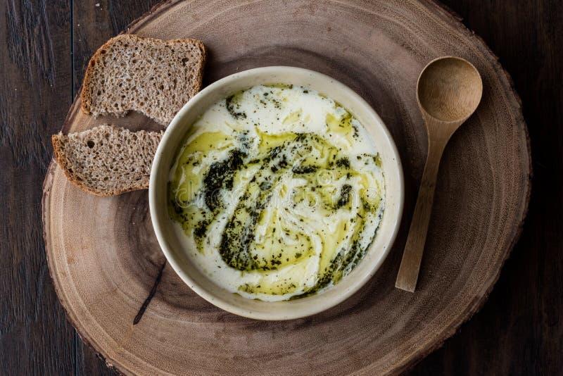 Das Türkische Yayla oder Jogurt-Suppe mit tadelloser Soße Tzatziki lizenzfreie stockbilder