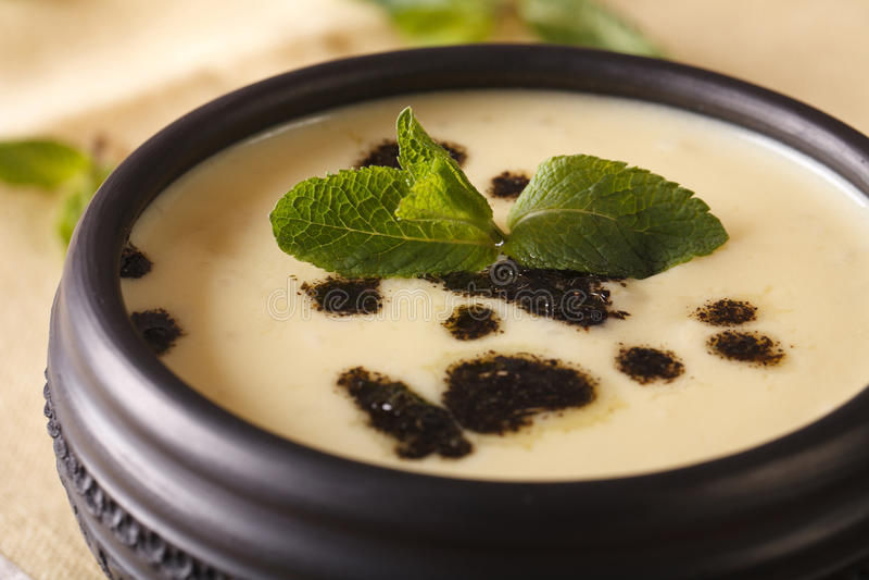 Das Türkische Yayla-Suppe mit Minze und Jogurt in einem Schüsselmakro horizont lizenzfreie stockfotografie
