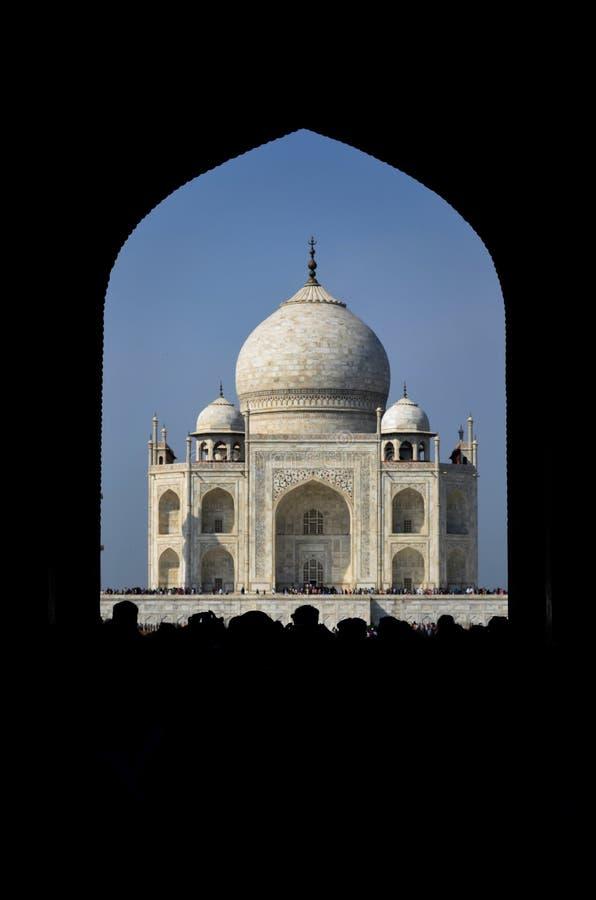 Das Taj von einem Bogen stockfoto