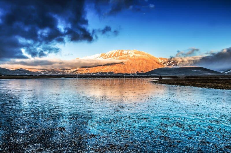 Das Tal von Monti Sibillini National Park während des Winters lizenzfreie stockfotografie