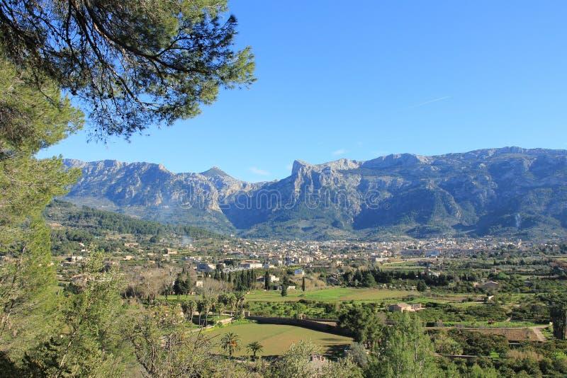 Das Tal von soller mit den Bergen der tramuntane Berge mit dem Berg-loffre und dem escornador lizenzfreies stockfoto