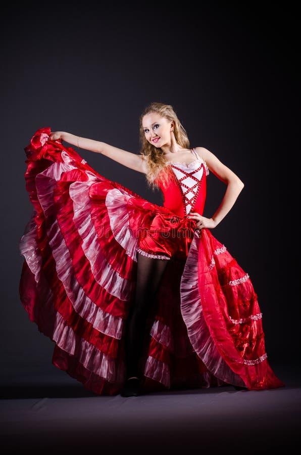 Das Tanzen der jungen Frau im roten Kleid lizenzfreie stockbilder