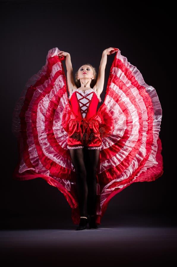 Das Tanzen der jungen Frau im roten Kleid stockbild