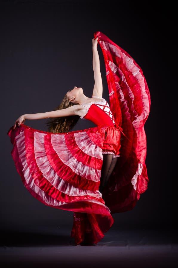 Das Tanzen der jungen Frau im roten Kleid lizenzfreies stockbild