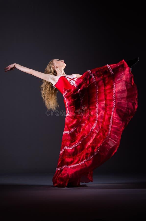 Das Tanzen der jungen Frau im roten Kleid stockfoto